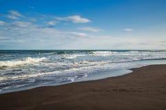 Halaktyr海滩 堪察加 莫斯科 黑暗几乎黑颜色沙子海滩太平洋 石山和 免版税库存图片