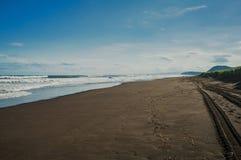 Halaktyr海滩 堪察加 莫斯科 黑暗几乎黑颜色沙子海滩太平洋 石山和 图库摄影
