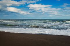 Halaktyr海滩 堪察加 莫斯科 黑暗几乎黑颜色沙子海滩太平洋 石山和 库存图片
