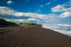 Halaktyr海滩 堪察加 莫斯科 黑暗几乎黑颜色沙子海滩太平洋 石山和 库存照片