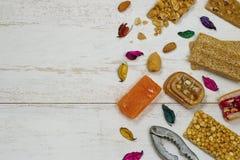 Halawet Al圣纪节-豆糖果和甜点的汇集在木桌上 库存图片