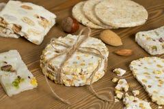 Halawet Al圣纪节-豆糖果和甜点的汇集在木桌上 免版税库存图片