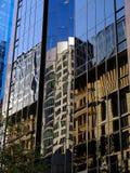 Halb abstrakte Reflexionen im Wolkenkratzer Windows Stockbilder