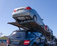 Halb Anhänger-LKW, der unten Last der Straße der Autos schleppt lizenzfreies stockfoto