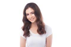 Halb asiatische Frau, die auf weißem Hintergrund lächelt lizenzfreies stockfoto