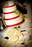 Halb aufgegessene Hochzeitstorte Stockfoto