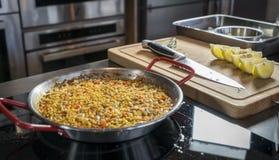 Halb fertige Paella, bereiten für das Addieren von Meeresfrüchten vor Stockbild