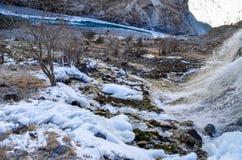 Halb gefrorener Wasserfall stockbild