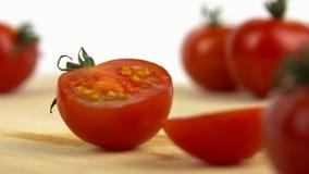 Halb-geschnittene Tomate auf einem Schneidebrett stock video