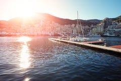 Halb leere Anlegestelle im Hafen von Monte Carlo Lizenzfreie Stockfotos