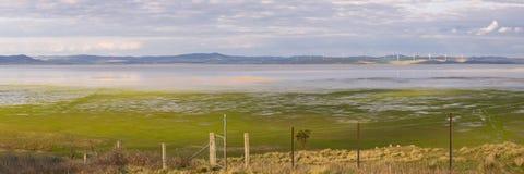Halb leerer See George zwischen Ackerland und einem Windpark Lizenzfreies Stockfoto