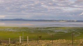Halb leerer See George zwischen Ackerland und einem Windpark Lizenzfreie Stockbilder
