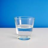 Halb leeres oder halb volles Glas Wasser (#2) stockbilder