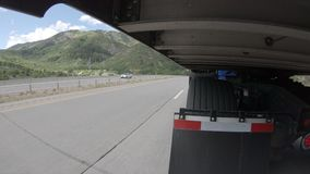 Halb - LKW-Landstraßen-Fahren - Außenanhänger-Ansicht stock video