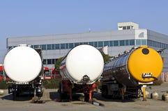 Halb LKWas mit Kraftstofftanker stockfotos