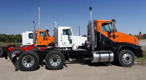 Halb LKWs in Orange und in weißem Lizenzfreies Stockbild