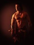 Halb nackter Krieger mit einer Klinge in der mittelalterlichen Kleidung stockfotografie