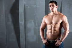 Halb nackter Körper des muskulösen athletischen Mannes Lizenzfreies Stockfoto
