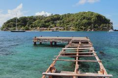 Halb-ruinierter Pier und junge Insel Kingstown, Heiliges-Visent Lizenzfreie Stockfotografie