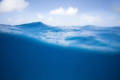 Halb und halb von der Ozean-Oberfläche Lizenzfreie Stockfotos