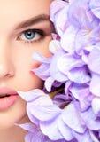 Halb weibliches Gesicht mit Blumen Stockfotografie