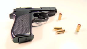 Halbautomatische Pistole mit goldenen Tränengaspatronen, Schönheitschuß stock footage