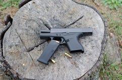 Halbautomatische Waffe mit Klipp und Kugeln Stockbilder