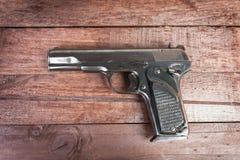 Halbautomatisches 9mm Gewehr auf hölzernem Hintergrund Stockfoto