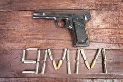 Halbautomatisches 9mm Gewehr lokalisiert auf hölzernem Hintergrund Lizenzfreies Stockbild