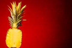 Halbe Ananas Stockfotos
