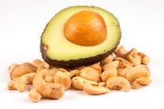 Halbe Avocado auf Stapel der Acajounüsse Lizenzfreies Stockfoto