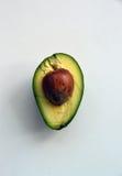 Halbe Avocado mit einem Samen in ihm lizenzfreie stockbilder
