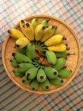 halbe Bananen auf Behälter Lizenzfreie Stockfotos