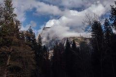 Halbe Haube bedeckt in den Wolken Lizenzfreies Stockfoto