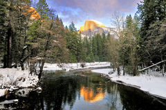 Halbe Haube reflektierte sich im Merced-Fluss, Yosemite Nationalpark lizenzfreie stockfotos