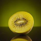 Halbe Kiwi auf Grün Stockfoto