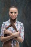 Halbe Länge der Frau auf dunklem Hintergrund Lizenzfreies Stockfoto