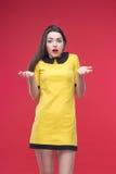 Halbe Länge der Frau auf rotem Hintergrund Lizenzfreie Stockfotos
