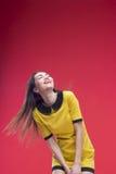 Halbe Länge der Frau auf rotem Hintergrund Stockfoto