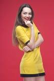 Halbe Länge der Frau auf rotem Hintergrund Stockbilder