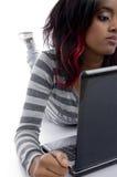 Halbe Länge des Mädchens mit Laptop Stockfoto