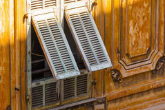 Halbe offene Fensterläden Stockbilder