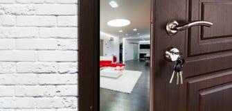 Halbe offene Tür einer modernen Wohnzimmernahaufnahme Lizenzfreies Stockbild
