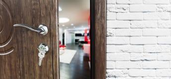 Halbe offene Tür einer modernen Wohnzimmernahaufnahme Lizenzfreie Stockfotografie