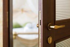 Halbe offene Tür eines Hotelschlafzimmers Stockfotos