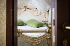Halbe offene Tür eines Hotelschlafzimmers Stockfotografie