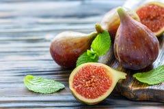 Halbe reife süße Feigen und ganze Früchte Lizenzfreie Stockfotografie