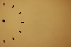 Halbe Uhr auf der alten Wand oder Sprungswand Stockfotos