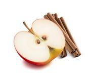 Halbe Zimtstangen 2 des roten Apfels lokalisiert lizenzfreie stockfotografie