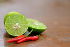 Halbe Zitrone und Paprika Lizenzfreies Stockfoto